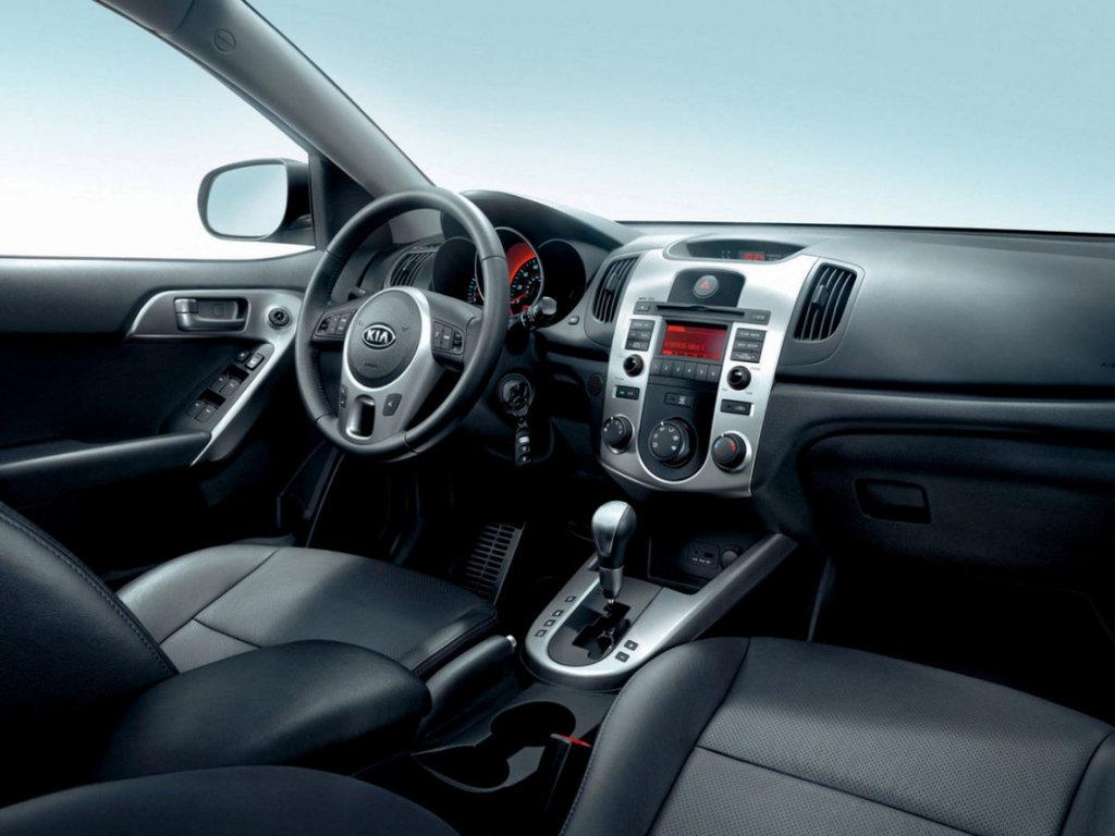Фотографии среднеразмерного седана Kia Cerato 2010 модельного года серого и синего цветов.